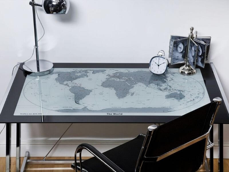 Skrivebord med verdenskort