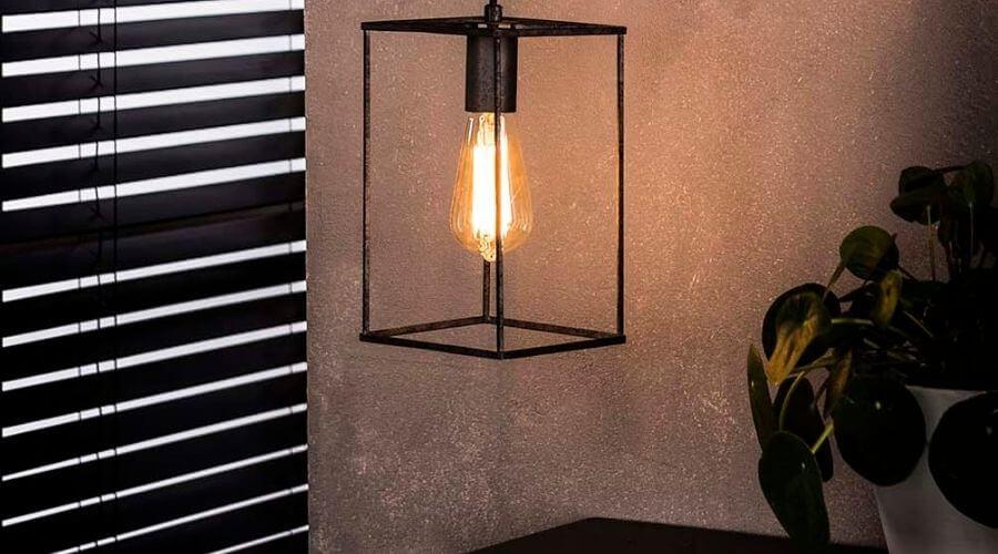 Rå loftslampe til over sofabordet