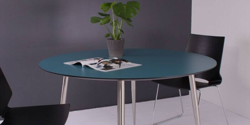 By Tika rundt spisebord i blå Ø120