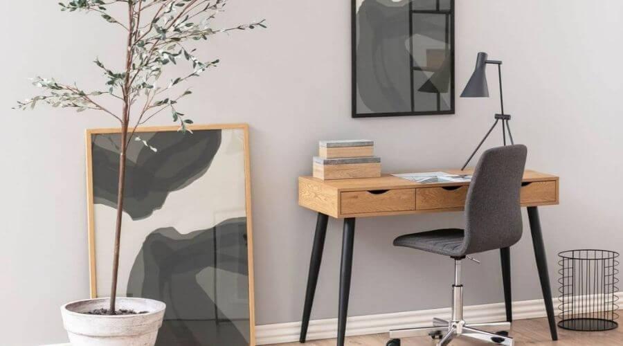 Flot skrivebord med bordlampe