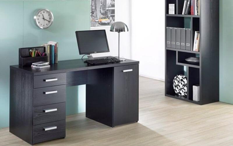 Skrivebord med skuffer