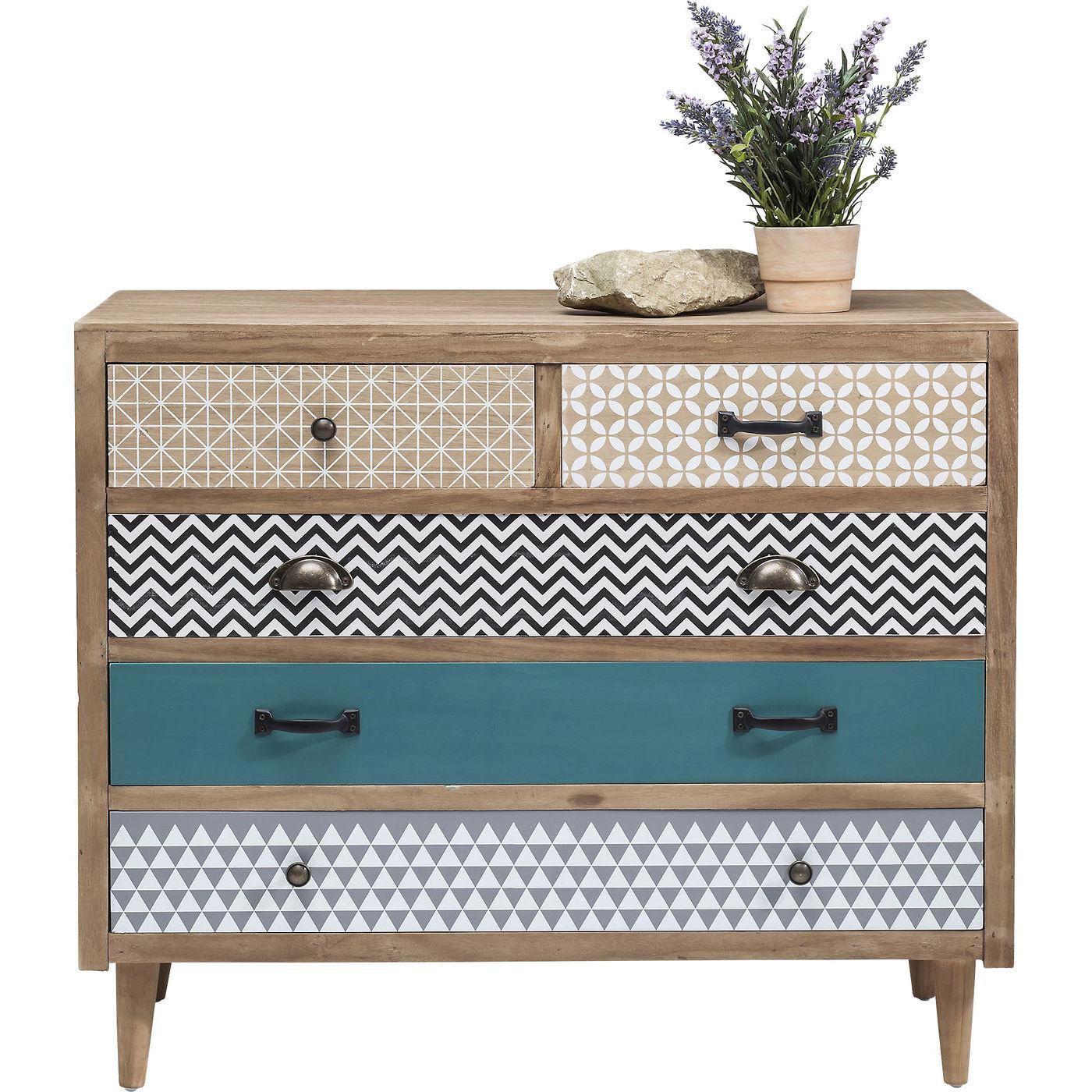 kommmode med fem skuffer med forskellige greb. Black Bedroom Furniture Sets. Home Design Ideas