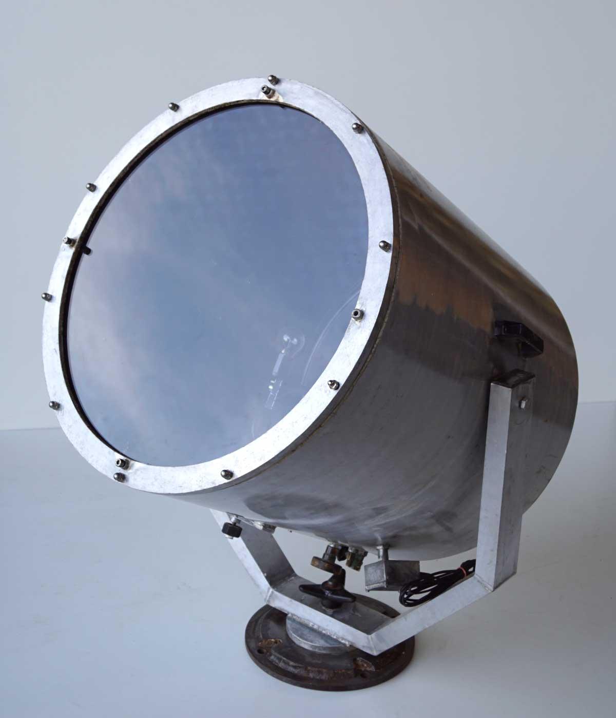 Image of   TRADEMARK LIVING Stor gammel projektør gulvlampe - jern med patina