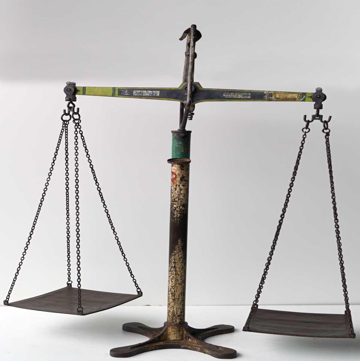 TRADEMARK LIVING Stor gammel handelsvægt i jern
