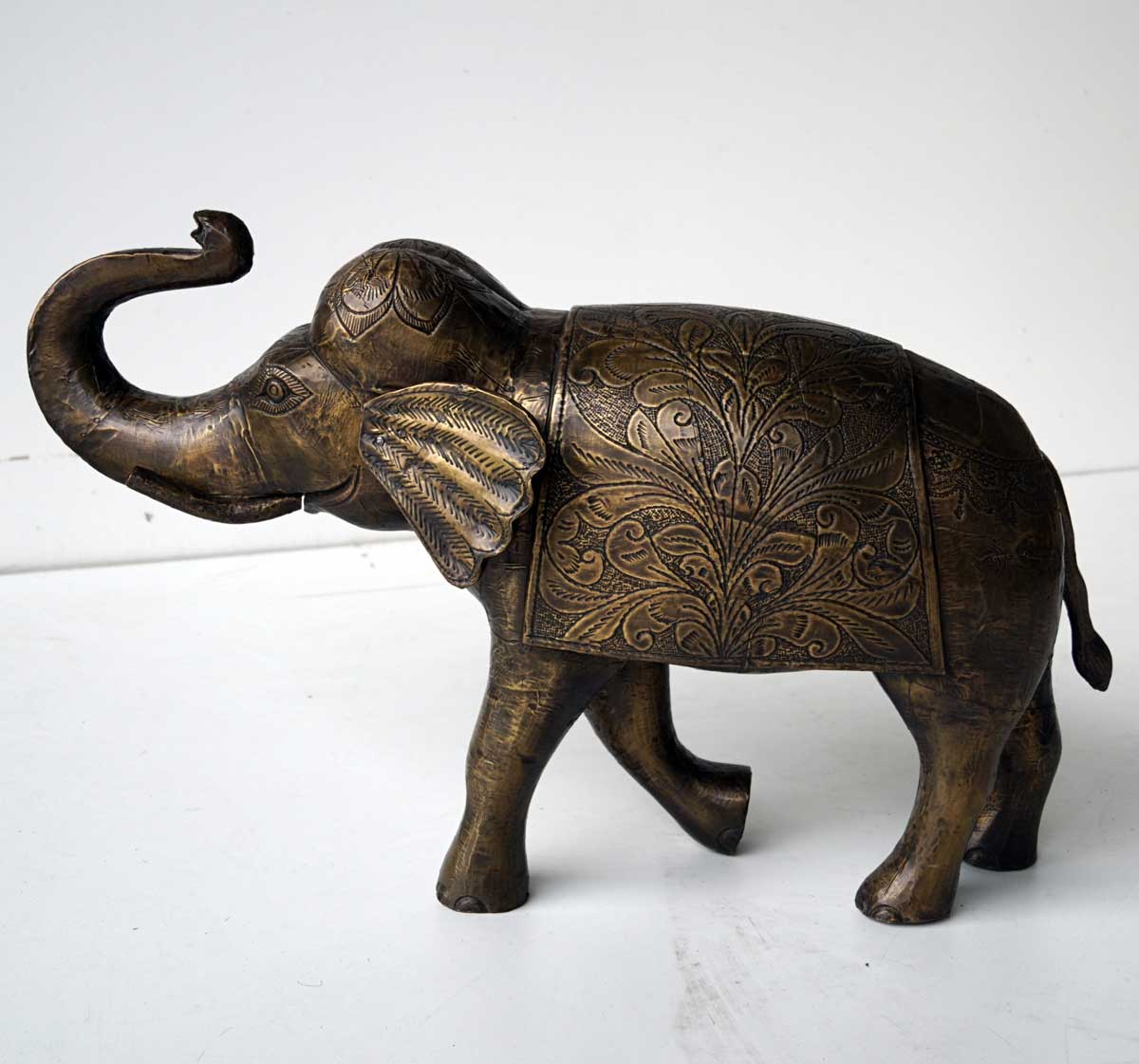 Image of   TRADEMARK LIVING Stor smuk indisk elefant belagt med graveret messing