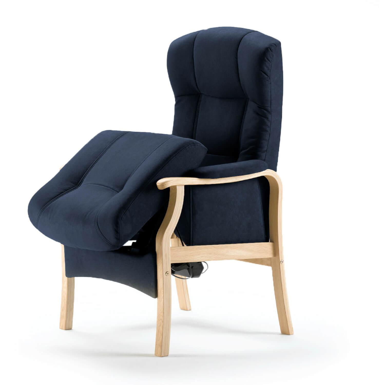 Nordic-c sorø medium seniorstol - mørkeblåt stof og træ, m. armlæn, m. elektrisk sædeløft og rygmotor, eksl. skammel
