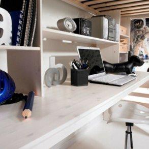 Reoler og skriveborde til senge