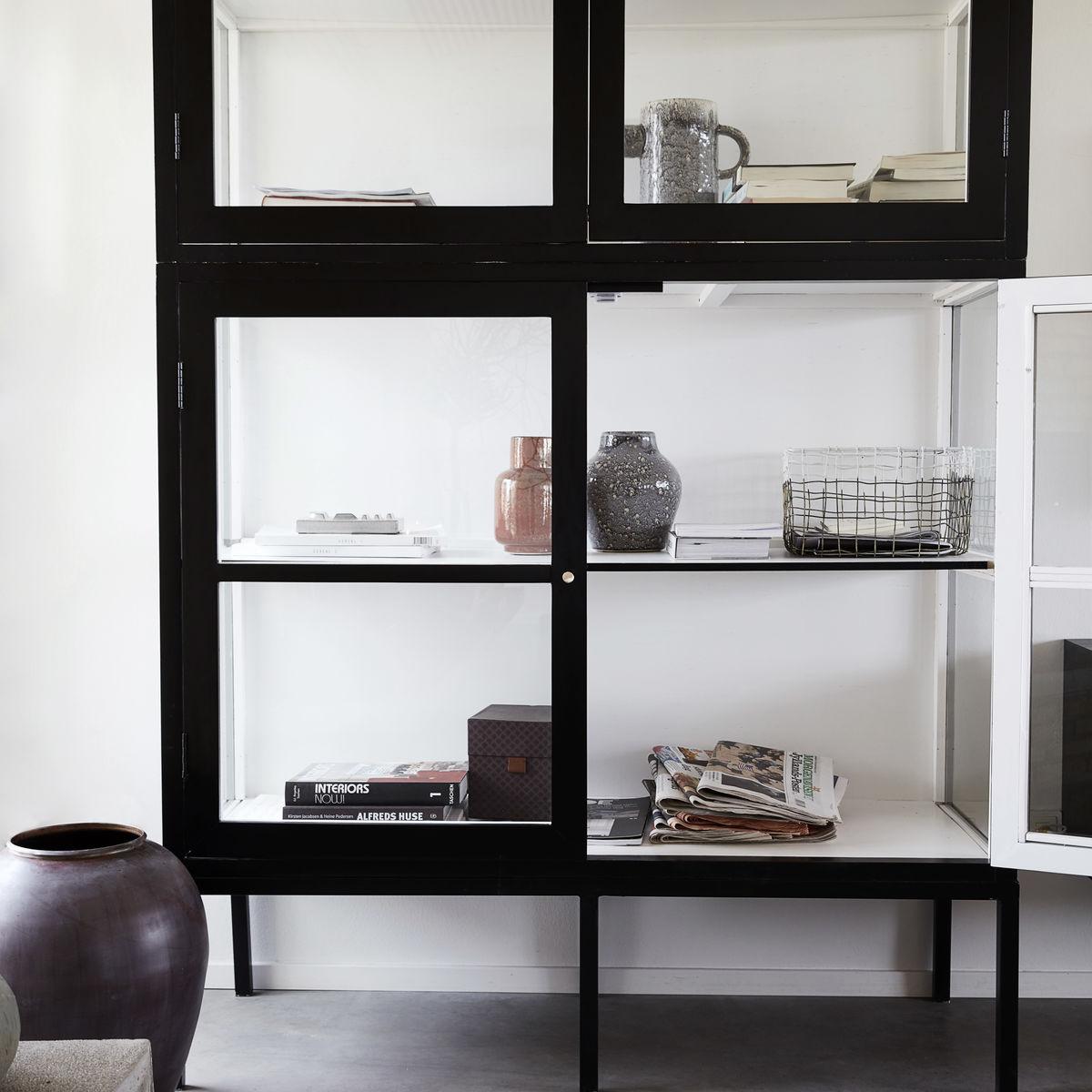 house doctor vitrineskab 4 dre fox sort vitrineskabe bobo. Black Bedroom Furniture Sets. Home Design Ideas